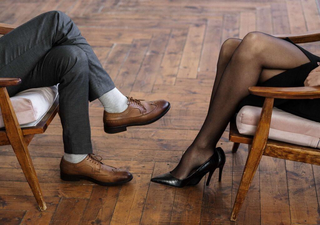 Obraz zawierający osoba, siedzi, drewniane, stół  Opis wygenerowany automatycznie